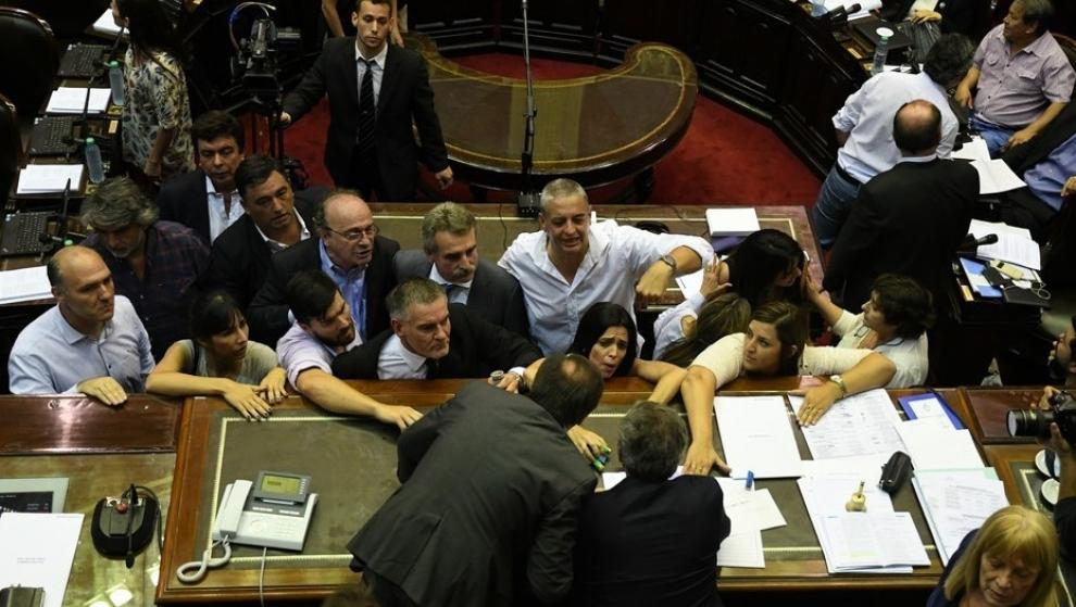 carri-y-otros-legisladores-presentaron-una-denuncia-contra-el-kirchnerismo-por-las-agresiones-en-diputados-2017-12-16