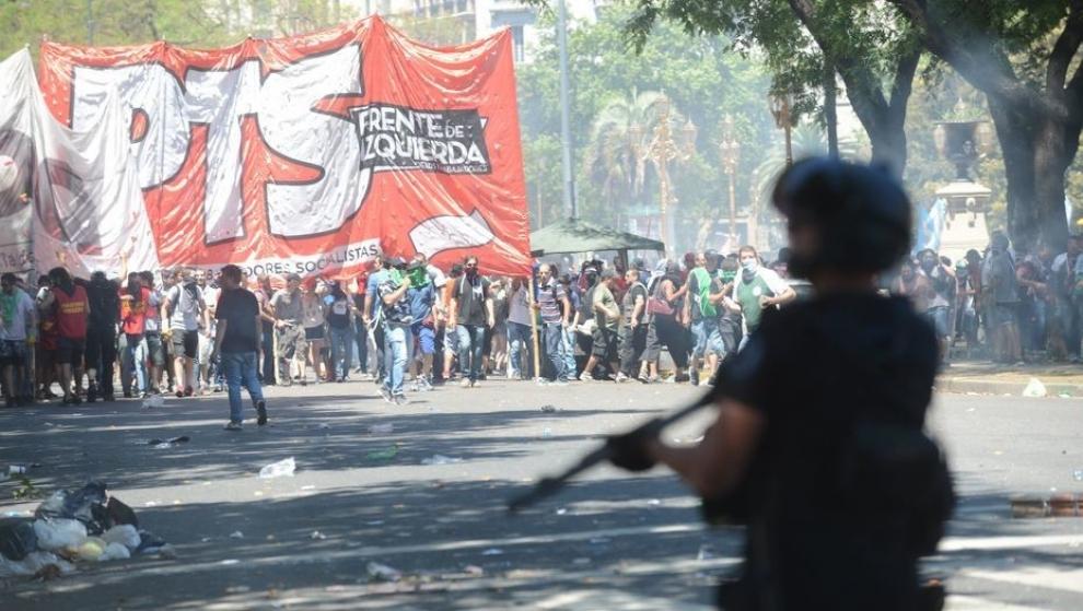 reforma-previsional-con-gases-lacrimgenos-y-balas-de-goma-dispersan-a-los-manifestantes-2017-12-14